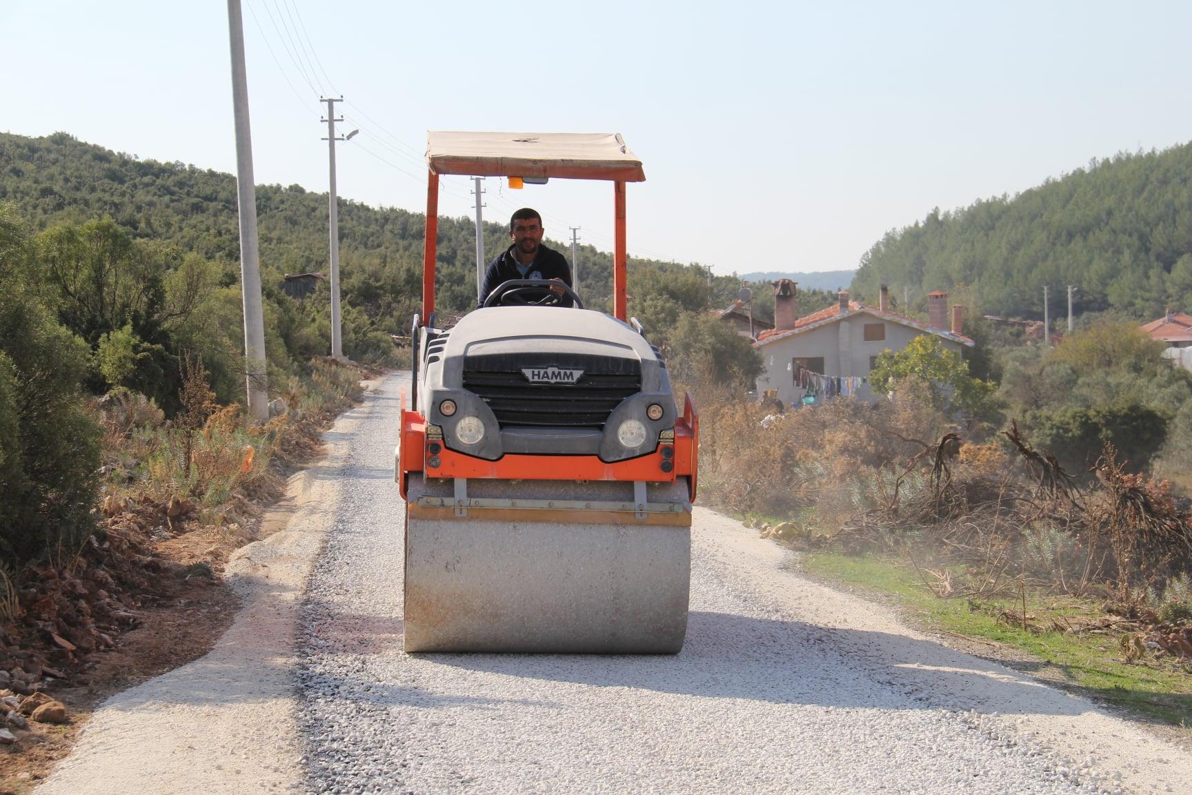 Demirtaş Mahallemiz Koçoğlu Mevkiinde Ekiplerimizin Asfalt Kaplama Çalışmaları Devam Etmektedir